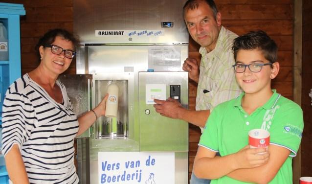 """De kinderen van Jaquelien en Henri Kuijt drinken alleen verse melk. """"De melk is romiger, natuurlijker'', vinden ze. (Foto: Lysette Verwegen)"""