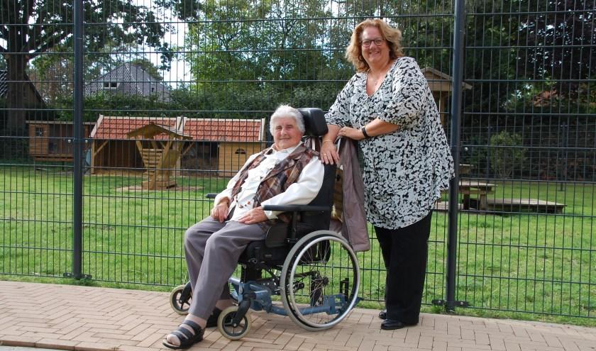 Mevrouw Pouw vindt het heerlijk dat zij nu zomaar naar buiten kan. Op de foto samen met locatiemanager Patricia Vermeulen.