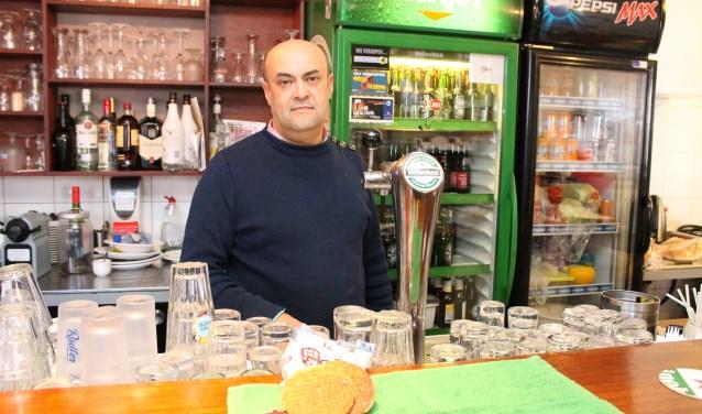 """Smain Aissat maakt in Algerije stroopwafels, poffertjes en Luikse wafels; """"Algerijnen houden van zoetigheid."""". FOTO: Leon Janssens"""
