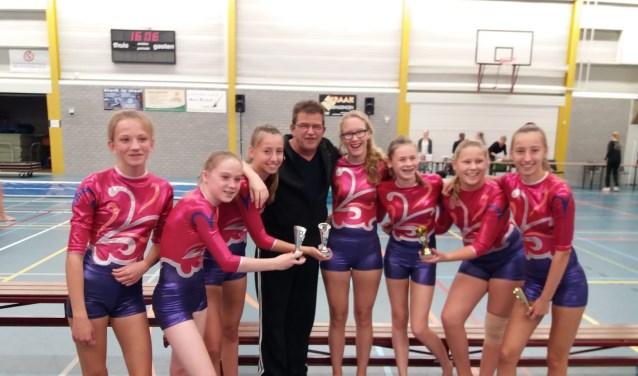 Meiden van het springteam en trainer Hans Neerhof