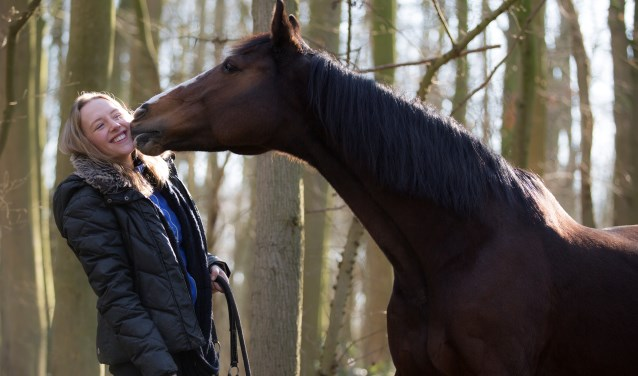 Romy Oudshoorn met haar (inmiddels overleden) paard Sjaan in goede tijden. FOTO: PR