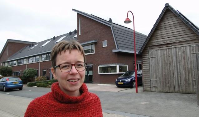 Mevrouw Den Braber is overtuigd van het nut van zonne energie. Op de achtergrond haar woning