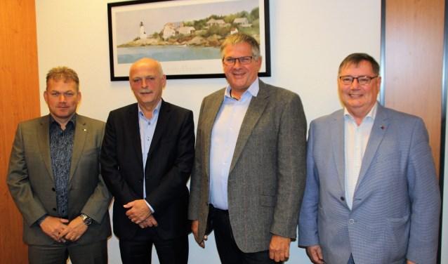 Jubilaris Gert Vis met de directieleden Jasper de Vos, George van den Bosch en Bé Zwanepol. Foto Dick Baas