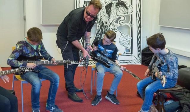 Kinderen krijgen een proefles gitaar