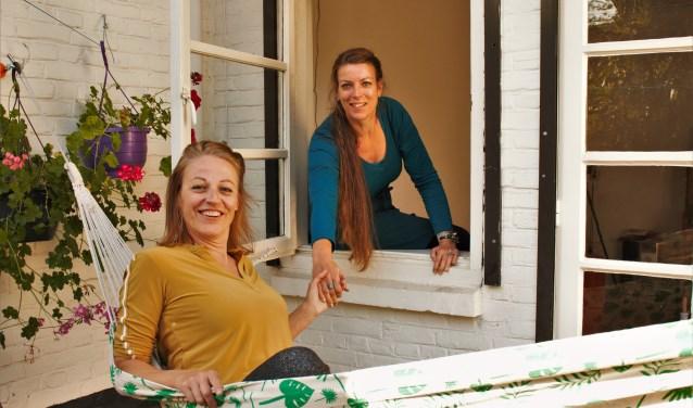 Nicole Oerlemans en Saskia van Oversteeg maken de theatervoorstelling 'Stel je eens voor...' met kleuters en dementerende ouderen.
