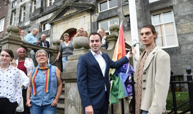 Wethouder Van der Geld hijst de regenboogvlag. Foto: Henk van Esch