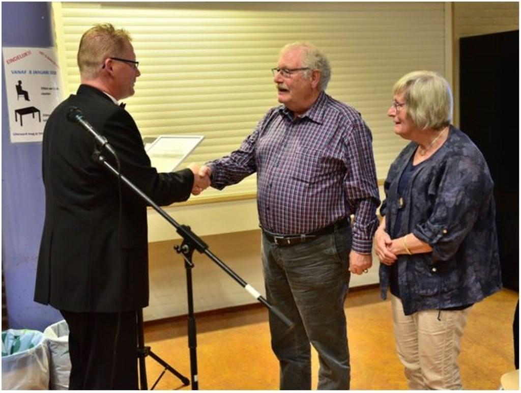 John Vervorst wordt gehuldigd als ere-lid door voorzitter Sjouke-Gerrit Brinksma