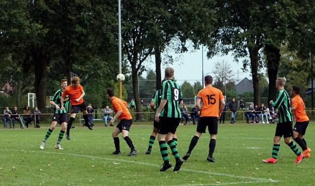 Actiefoto van de derby tussen Hapse Boys en SIOL. (Foto: Tom Oosthout)