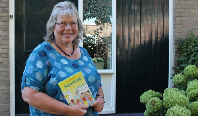 Janny is blij met haar actieboek voor de christelijke Kinderboekenweek. (Foto: Ria Scholten)