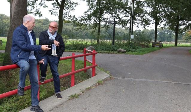 Gerrit van de Burgt en Ad Berends bij de ingang naar het kasteel (foto Marco van den Broek).