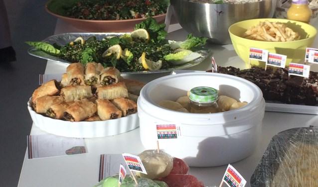 Een prachtig kleurrijk buffet met 40 zelfgemaakte gerechten, hapjes en lekkernijen