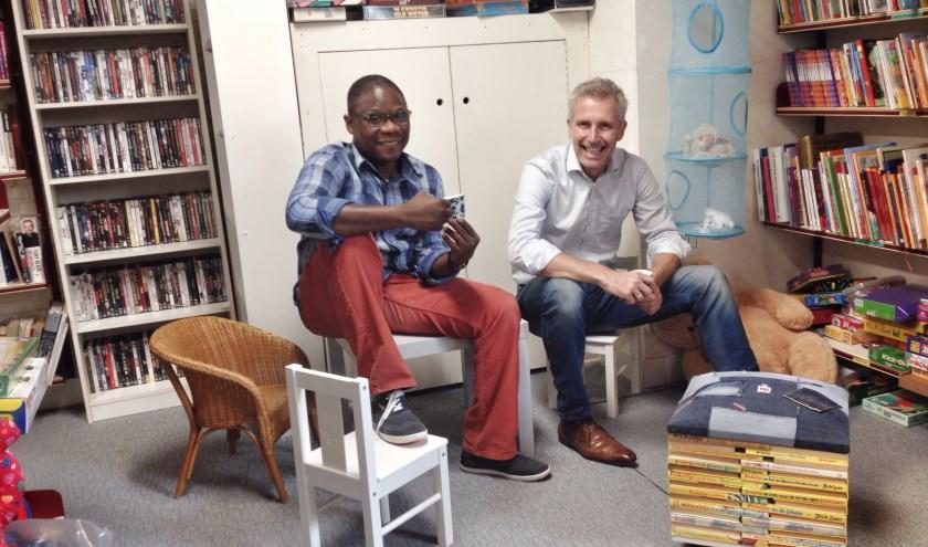 Links Kossi Akoli uit Togo. Naar hem is de koffiehoek vernoemd: Kossi's Coffee Corner. Rechts Bernhard Wamelink, bedrijfsleider  Delerij.