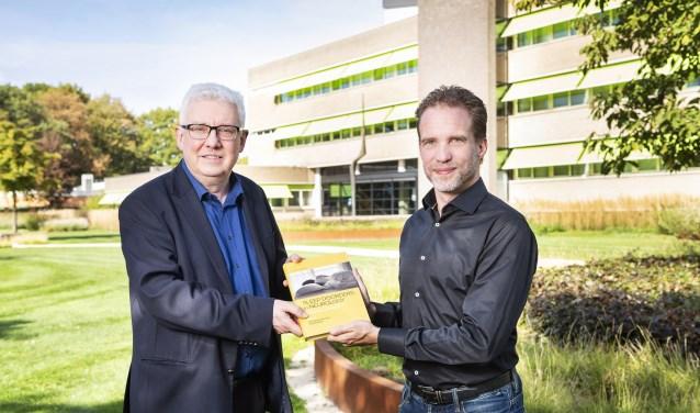 Prof. dr. D. Pevernagie (links) en prof. dr. Sebastiaan Overeem (rechts) bij Kempenhaeghe