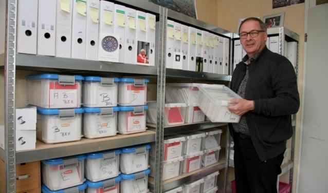 Willy Ribbers bij zijn verzameling geordende bidprentjes.Willy Ribbers bij zijn verzameling geordende bidprentjes.