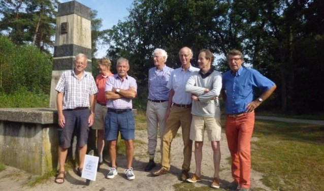 Foto van het monument met een aantal 'Uitsmijters'