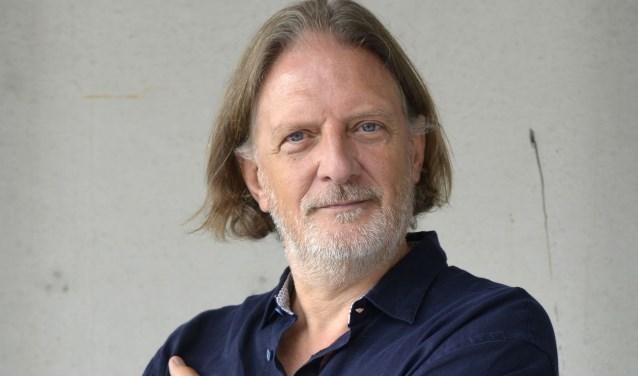 Speciaal voor deze avond schreef schrijver en columnist Theo Hakkert een korte bespiegeling. Foto: Carlo ter Ellen
