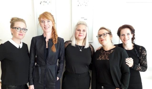Van links naar rechts: Patty Dirks, Debbie Manders-Dirks, Anouk Jöris-van Hoof, Silvie Hesen, Marly Verhees- van den Tillaar.