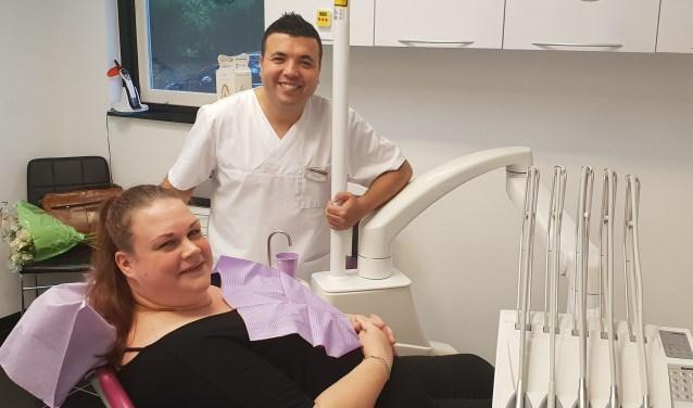 Bibiana de Vos is blij dat ze bij  Mounir el Battioui terecht kan met haar tandproblemen. Foto: Robbert Roos