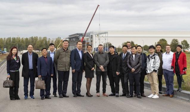 Tanja de Jonge en Henk van Os, bestuurders van de Gemeenschappelijke Regeling Nieuw Reijerwaard, met de Chinese delegatie. Op de achtergrond de nieuwbouw van Van Gelder op Nieuw Reijerwaard. (Foto Jos Wesdijk)