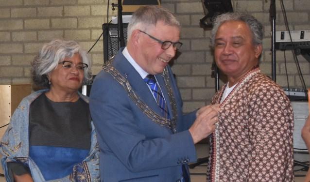 Max krijgt de bijbehorende versierselen opgespeld door burgemeester Robben.