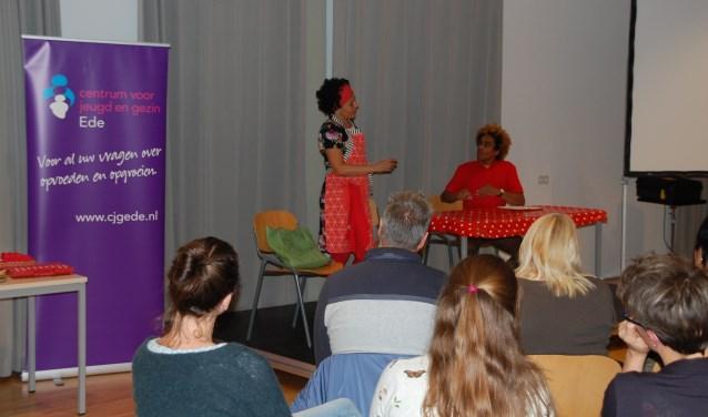 Het DNL Theatercollectief verzorgde maandag een interactieve theatervoorstelling voor ouders en opvoeders in het Akoesticum.