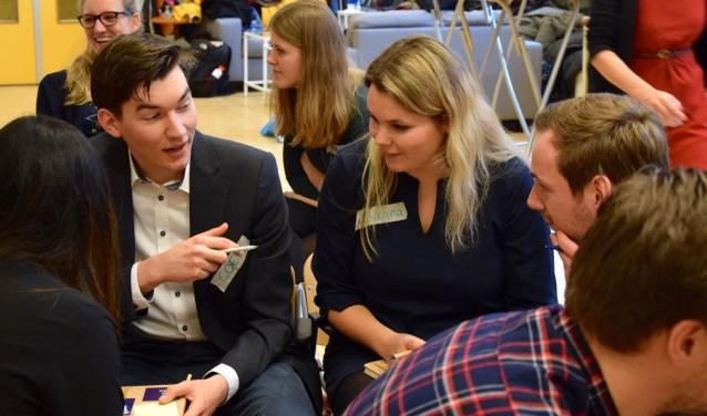 Coenraad (links) samen met Suzanna van Laatum en Jules Demoiseaux, verwikkeld in een brainstorm. Foto: Sterre ten Houte de Lange