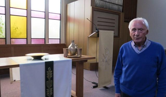 Predikant Taselaar bij de tafel die in de Irenekerk een centrale plaats heeft. (foto GvS)