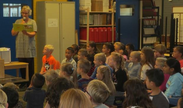 De leerkrachten van CBS Klim Op speelden het prentenboek 'Kikker vindt een vriendje' voor de leerlingen. Eigen foto