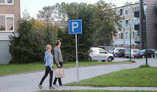 Bewoners van IJsselveld-Oost zijn stomverbaasd over de P-borden die zonder overleg door de gemeente bij de oprit van hun pleinen zijn geplaatst. (Foto: Lysette Verwegen)