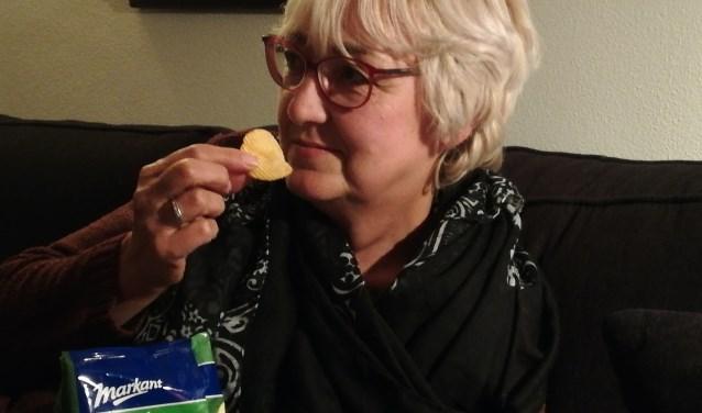 """Sinds Alie gestopt is met roken stort ze zich iets te gemakkelijk op de chips. """"Daar moet ik wel wat mee."""" Foto: Conny den Heijer"""