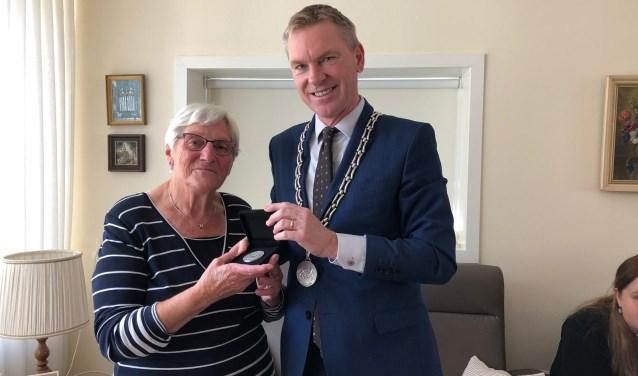Mevrouw Van Gameren nam woensdag 3 oktoberpostuum een sportpenning in ontvangst voor haar echtgenoot, Loek van Gameren.