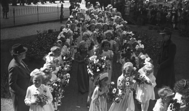 Het is 1944 en pastoor Van den Akker viert zijn 25-jarig priesterfeest. (foto: BHIC)