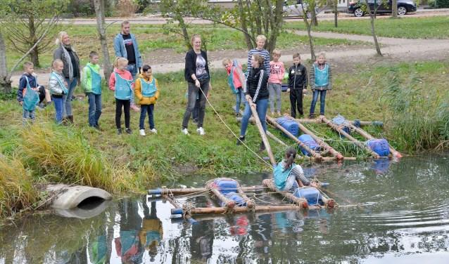Herfstspelen in het stadspark met het te water laten van een zelfgebouwd vlot in de paddenpoel.(Foto: Paul van den Dungen)