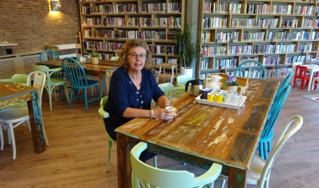 In de Dorpskamer in Giessenburg kunnen niet alleen boeken gehaald worden om te lezen, ook is het een echte ontmoetingsplaats voor inwoners. (Foto: Eline Lohman)