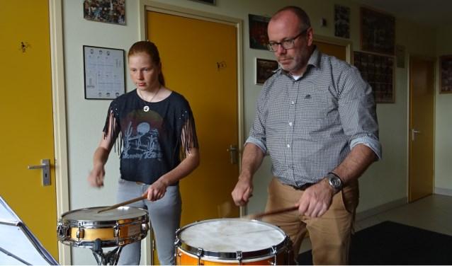Leerling Iris Zonneveld en slagwerkdocent Ron van Vuuren. Foto: Mieke Boelen