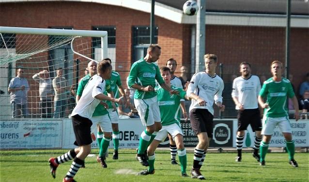 SVF verliest met 2-1 van SVMM. De SVF verdediger Nick Vermeer verdedigt uit met het hoofd.