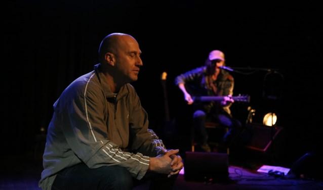 Arjan Erkel (voorgrond) wordt begeleid door gitarist Jan Willem Tolkamp (foto: Lara Snoek)