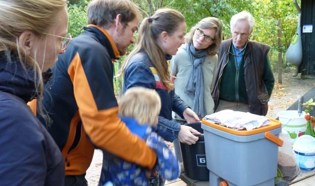 Twee keer een workshop door Charlotte Verhoeve (m) in de  omgeving van de Boswerf zorgt voor nieuwe inzichten. FOTO: Anne-Marie Bergervoet