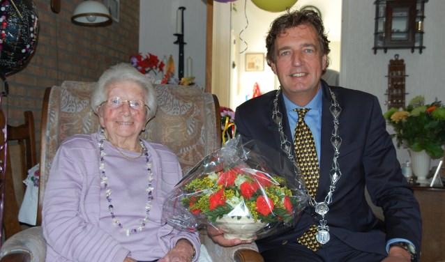 Mevrouw Elisabeth Meurs-de Leeuw uit Bennekom werd maandag gefeliciteerd door burgemeester René Verhulst.