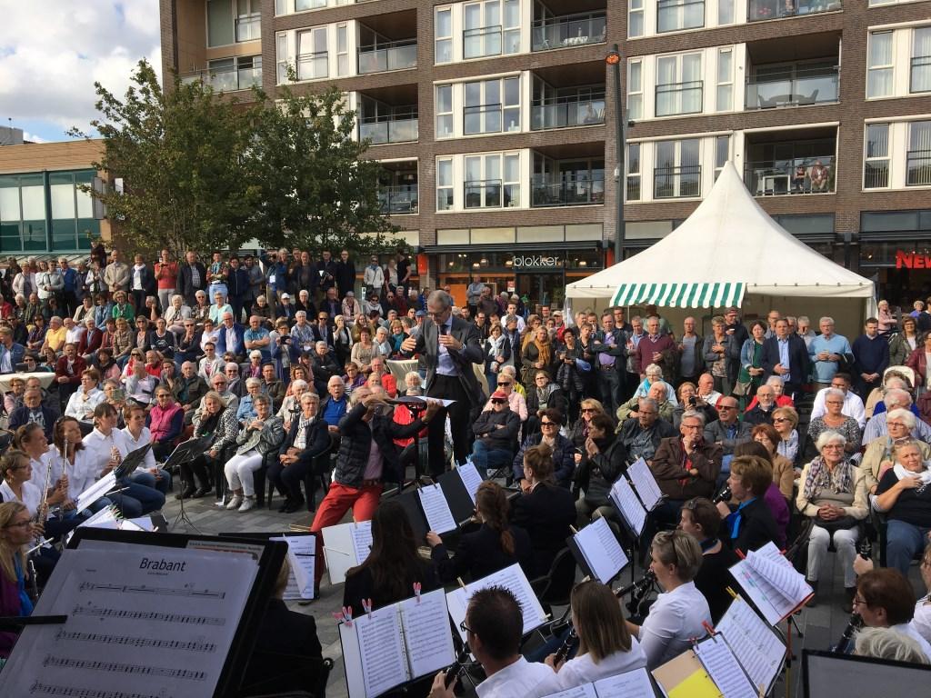 Het orkest werd geleid door Gerard Peeters van NEO Rucphen en zanger Wessel Croonen kreeg het publiek aan het zingen. Foto: All4Harmonie © Persgroep