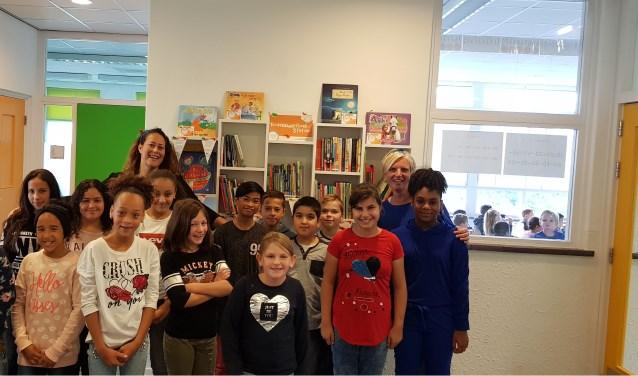 Kinderen en leerkrachten bij het kinderboekenzwerfstation