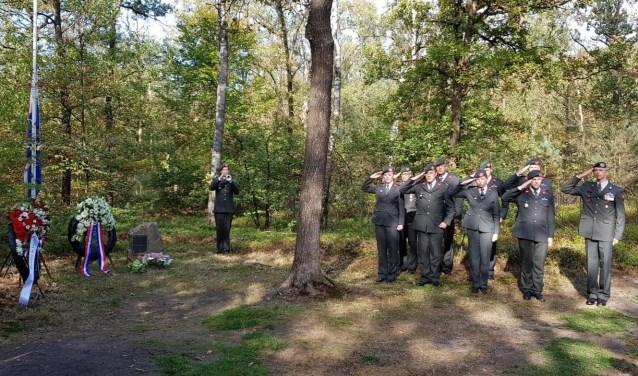 Dinsdagmorgen 16 oktober verzamelden tientallen mensen zich rondom het monument in het bos van Den Treek-Henschoten.