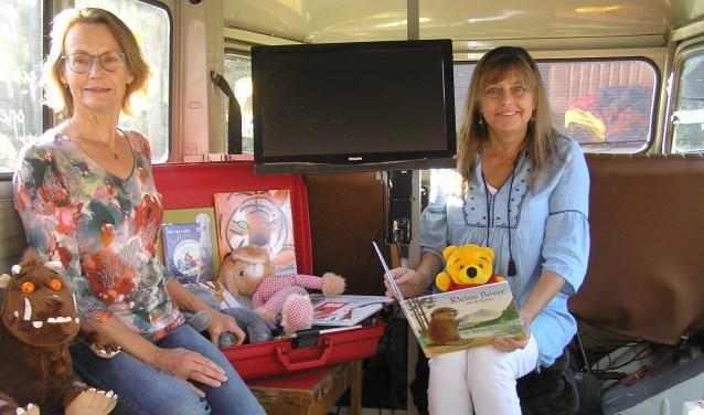Josje (l) en Sandra maken het gezellig in de bus. (foto Gerreke van den Bosch)