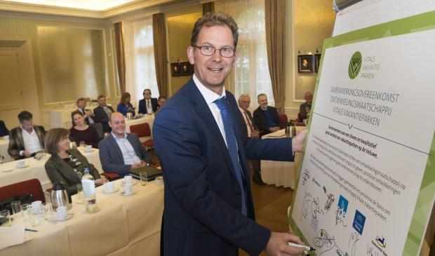 De ondertekening van de Samenwerkingsovereenkomst Vitale Vakantieparken gebeurde door gemeentelijke bestuurders en provincie Gelderland.