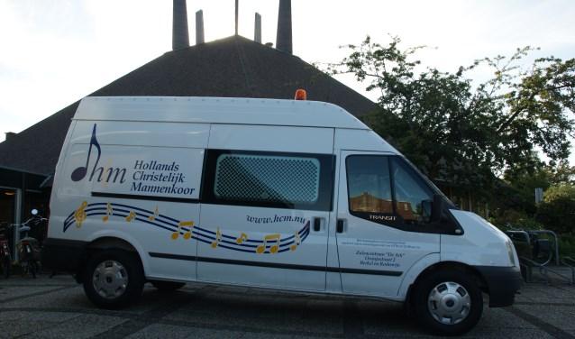 De speciale bus van HCM, die met regelmaat oud papier ophaalt.