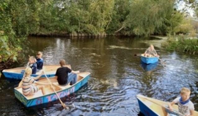 De kinderen van het talent techniek gingen met hun zelf gemaakte bootjes het water in.