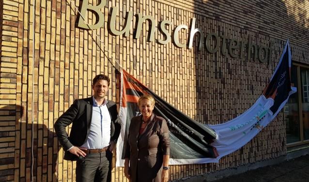 Directeur van Woonstede, Marian Teer en directeur Bob Winters van Kuiper Bouw uit Arnhem onthulden de naam op de gevel.