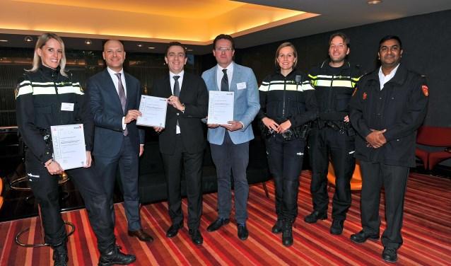 Trots staan o.d. wethouder Armand van de Laar, burgemeester Michel Bezuijen en BBR-voorzitter Peter Hartvelt met het certificaat