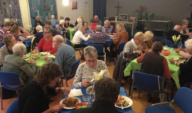 De maaltijden Kom Onder Ons zijn al vijf jaar. Het is een moment van samen zijn en samen eten in Onder Ons. (Foto: Onder Ons)