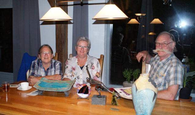 V.l.n.r. Maria Huyben, Beppie Jespers en Mari Huyben bij de door hen gemaakte kunstwerken (foto: Lia van Gool'